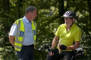 Polizei Hauptkommissar Stephan Keller im Gespräch mit einem Fahrradfahrer auf der Balkantrasse (Foto: Tim Keller)
